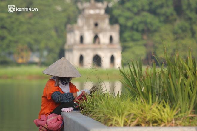 Toàn cảnh Hà Nội trong ngày đầu nới lỏng giãn cách: Đặc sản tắc đường, nhịp sống quay trở lại, người dân ùn ùn ra cửa ngõ rời Thủ đô - ảnh 11