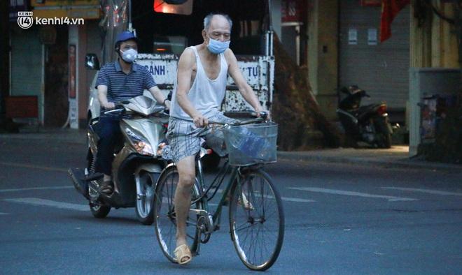 Toàn cảnh Hà Nội trong ngày đầu nới lỏng giãn cách: Đặc sản tắc đường, nhịp sống quay trở lại, người dân ùn ùn ra cửa ngõ rời Thủ đô - ảnh 3