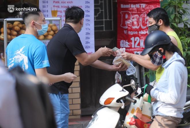 Toàn cảnh Hà Nội trong ngày đầu nới lỏng giãn cách: Đặc sản tắc đường, nhịp sống quay trở lại, người dân ùn ùn ra cửa ngõ rời Thủ đô - ảnh 9