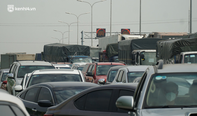 Toàn cảnh Hà Nội trong ngày đầu nới lỏng giãn cách: Đặc sản tắc đường, nhịp sống quay trở lại, người dân ùn ùn ra cửa ngõ rời Thủ đô - ảnh 35