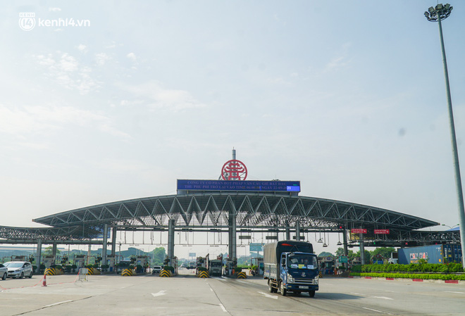 Toàn cảnh Hà Nội trong ngày đầu nới lỏng giãn cách: Đặc sản tắc đường, nhịp sống quay trở lại, người dân ùn ùn ra cửa ngõ rời Thủ đô - ảnh 33