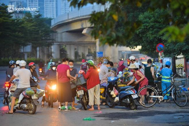Toàn cảnh Hà Nội trong ngày đầu nới lỏng giãn cách: Đặc sản tắc đường, nhịp sống quay trở lại, người dân ùn ùn ra cửa ngõ rời Thủ đô - ảnh 4