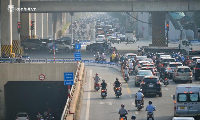 Toàn cảnh Hà Nội trong ngày đầu nới lỏng giãn cách: Đặc sản tắc đường, nhịp sống quay trở lại, người dân ùn ùn ra cửa ngõ rời Thủ đô - ảnh 23