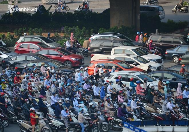 Toàn cảnh Hà Nội trong ngày đầu nới lỏng giãn cách: Đặc sản tắc đường, nhịp sống quay trở lại, người dân ùn ùn ra cửa ngõ rời Thủ đô - ảnh 20