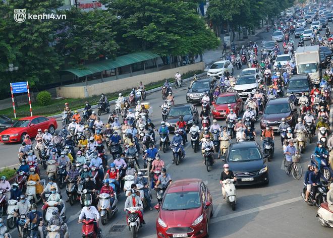 Toàn cảnh Hà Nội trong ngày đầu nới lỏng giãn cách: Đặc sản tắc đường, nhịp sống quay trở lại, người dân ùn ùn ra cửa ngõ rời Thủ đô - ảnh 18
