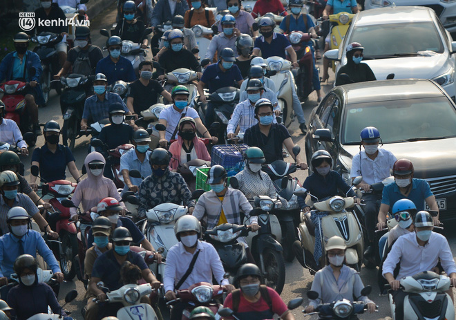 Toàn cảnh Hà Nội trong ngày đầu nới lỏng giãn cách: Đặc sản tắc đường, nhịp sống quay trở lại, người dân ùn ùn ra cửa ngõ rời Thủ đô - ảnh 22