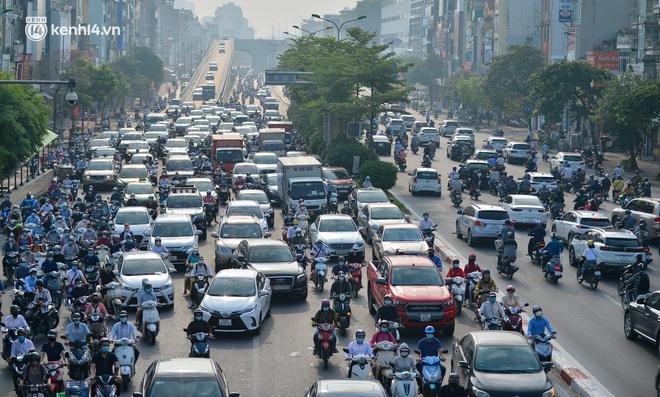 Toàn cảnh Hà Nội trong ngày đầu nới lỏng giãn cách: Đặc sản tắc đường, nhịp sống quay trở lại, người dân ùn ùn ra cửa ngõ rời Thủ đô - ảnh 19