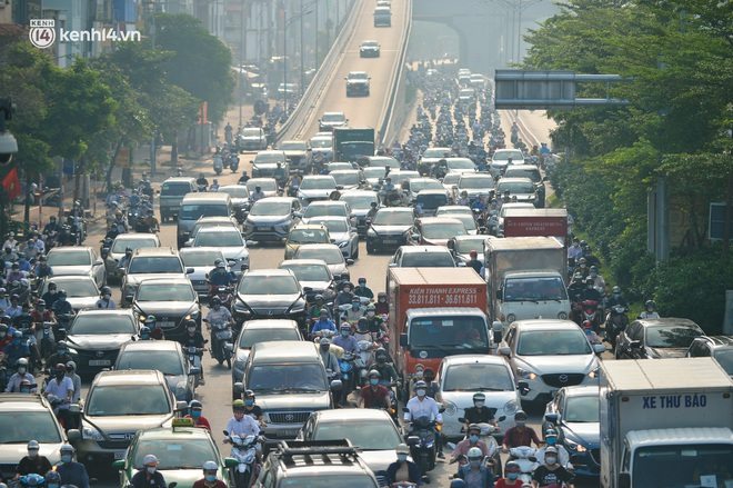 Ảnh: Hà Nội sáng đầu tiên nới lỏng giãn cách xã hội, người dân lại được trải nghiệm đặc sản tắc đường - Ảnh 8.