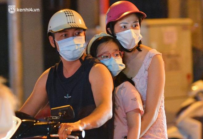 Ảnh: Trẻ nhỏ Hà Nội cùng bố mẹ vượt tắc đường lên phố cổ đón Trung thu đặc biệt - ảnh 10
