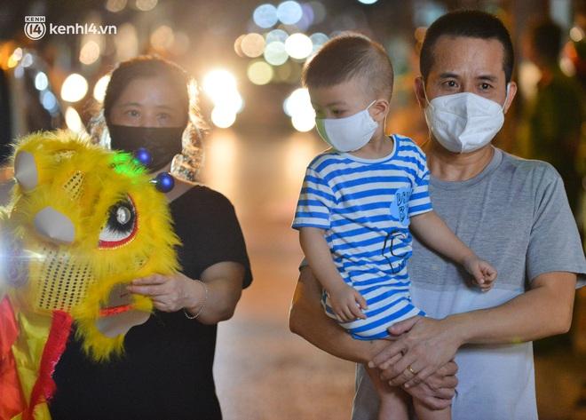 Ảnh: Trẻ nhỏ Hà Nội cùng bố mẹ vượt tắc đường lên phố cổ đón Trung thu đặc biệt - ảnh 5
