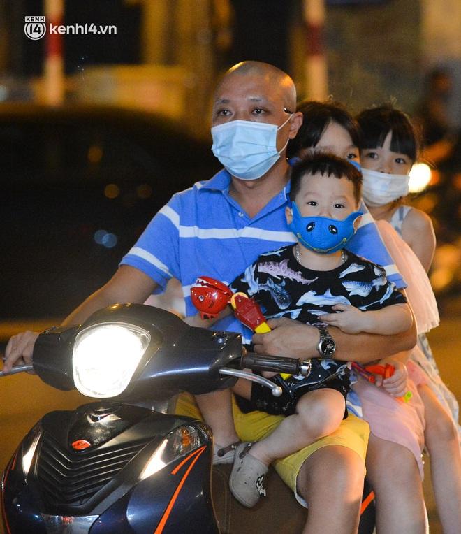 Ảnh: Trẻ nhỏ Hà Nội cùng bố mẹ vượt tắc đường lên phố cổ đón Trung thu đặc biệt - ảnh 6