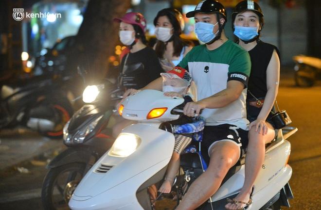 Ảnh: Trẻ nhỏ Hà Nội cùng bố mẹ vượt tắc đường lên phố cổ đón Trung thu đặc biệt - ảnh 4
