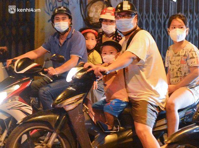 Ảnh: Trẻ nhỏ Hà Nội cùng bố mẹ vượt tắc đường lên phố cổ đón Trung thu đặc biệt - ảnh 3