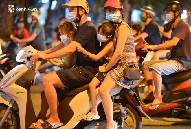 Ảnh: Trẻ nhỏ Hà Nội cùng bố mẹ vượt tắc đường lên phố cổ đón Trung thu đặc biệt - ảnh 7