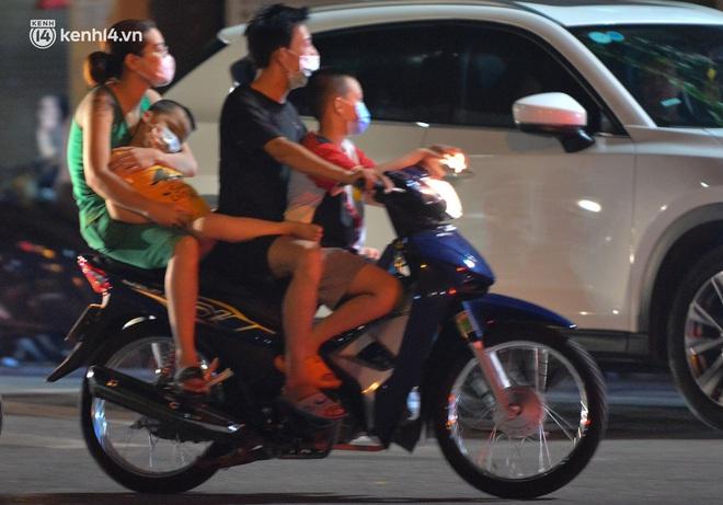 Ảnh: Trẻ nhỏ Hà Nội cùng bố mẹ vượt tắc đường lên phố cổ đón Trung thu đặc biệt - ảnh 9