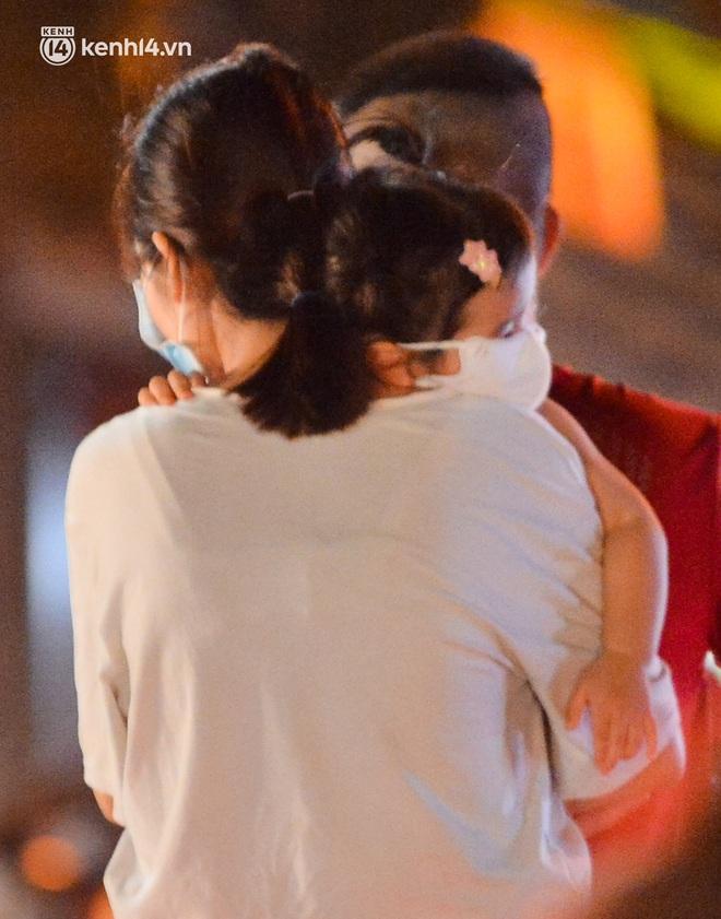 Ảnh: Trẻ nhỏ Hà Nội cùng bố mẹ vượt tắc đường lên phố cổ đón Trung thu đặc biệt - ảnh 8