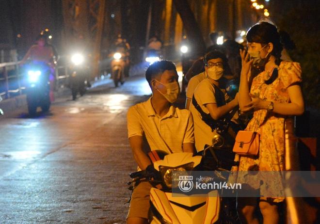 Ảnh: Nam thanh nữ tú kéo nhau đông nghịt lên cầu Long Biên tâm sự trong đêm Trung thu - ảnh 10