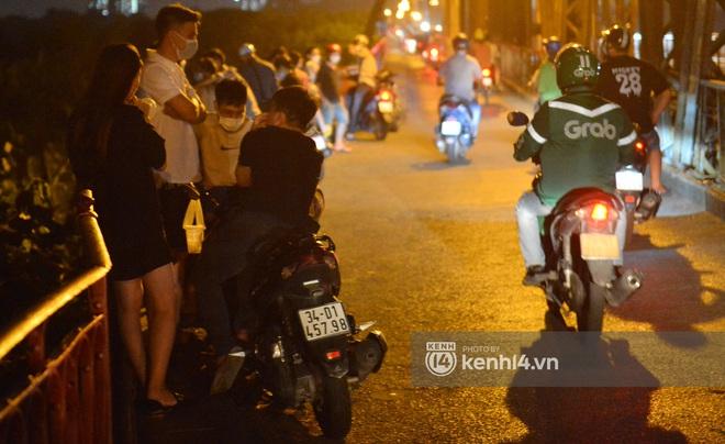 Ảnh: Nam thanh nữ tú kéo nhau đông nghịt lên cầu Long Biên tâm sự trong đêm Trung thu - ảnh 15
