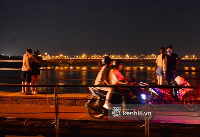Ảnh: Nam thanh nữ tú kéo nhau đông nghịt lên cầu Long Biên tâm sự trong đêm Trung thu - ảnh 12