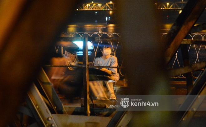 Ảnh: Nam thanh nữ tú kéo nhau đông nghịt lên cầu Long Biên tâm sự trong đêm Trung thu - ảnh 9
