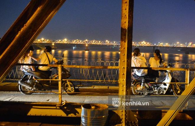 Ảnh: Nam thanh nữ tú kéo nhau đông nghịt lên cầu Long Biên tâm sự trong đêm Trung thu - ảnh 8