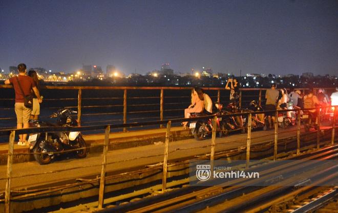 Ảnh: Nam thanh nữ tú kéo nhau đông nghịt lên cầu Long Biên tâm sự trong đêm Trung thu - ảnh 5