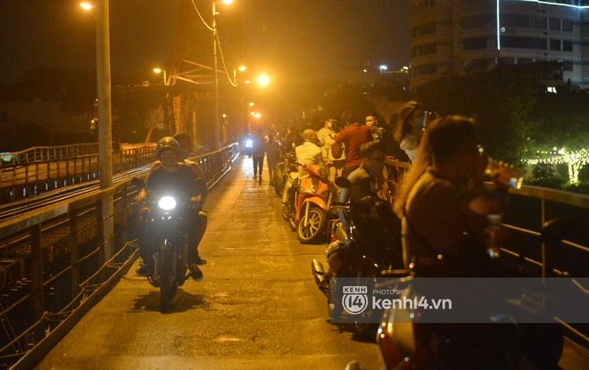 Ảnh: Nam thanh nữ tú kéo nhau đông nghịt lên cầu Long Biên tâm sự trong đêm Trung thu - ảnh 4