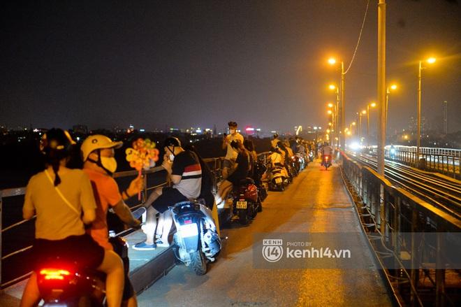 Ảnh: Nam thanh nữ tú kéo nhau đông nghịt lên cầu Long Biên tâm sự trong đêm Trung thu - ảnh 3