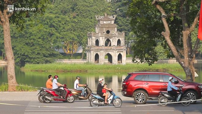 Toàn cảnh Hà Nội trong ngày đầu nới lỏng giãn cách: Đặc sản tắc đường, nhịp sống quay trở lại, người dân ùn ùn ra cửa ngõ rời Thủ đô - ảnh 10