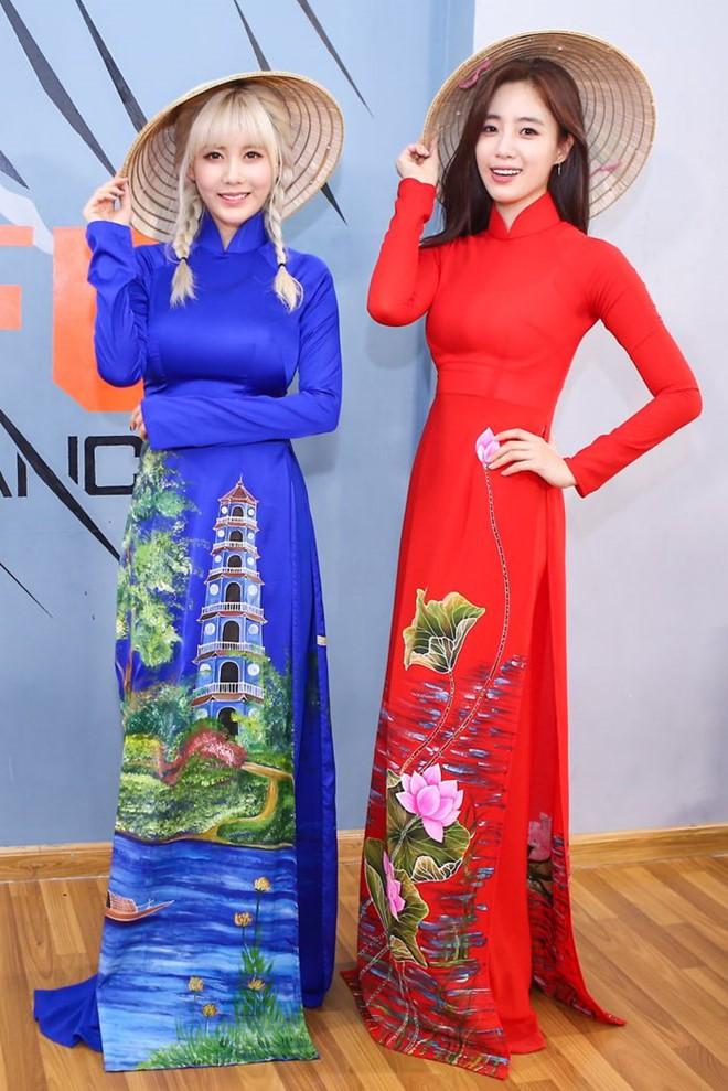 Sao ngoại mặc áo dài: Bắt vội T-ara và Angela Baby làm dâu Việt, ngoài pha mặc áo dài quên quần còn một mỹ nữ gây sốc với hành động giang hồ - ảnh 2