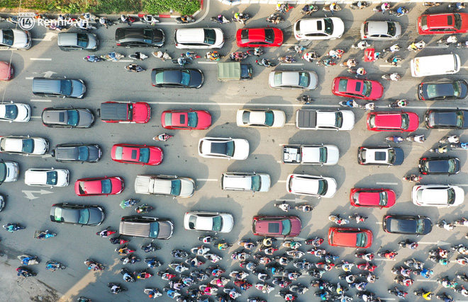 Toàn cảnh Hà Nội trong ngày đầu nới lỏng giãn cách: Đặc sản tắc đường, nhịp sống quay trở lại, người dân ùn ùn ra cửa ngõ rời Thủ đô - ảnh 17
