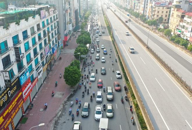 Toàn cảnh Hà Nội trong ngày đầu nới lỏng giãn cách: Đặc sản tắc đường, nhịp sống quay trở lại, người dân ùn ùn ra cửa ngõ rời Thủ đô - ảnh 21