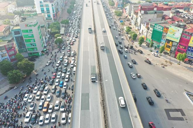 Toàn cảnh Hà Nội trong ngày đầu nới lỏng giãn cách: Đặc sản tắc đường, nhịp sống quay trở lại, người dân ùn ùn ra cửa ngõ rời Thủ đô - ảnh 16