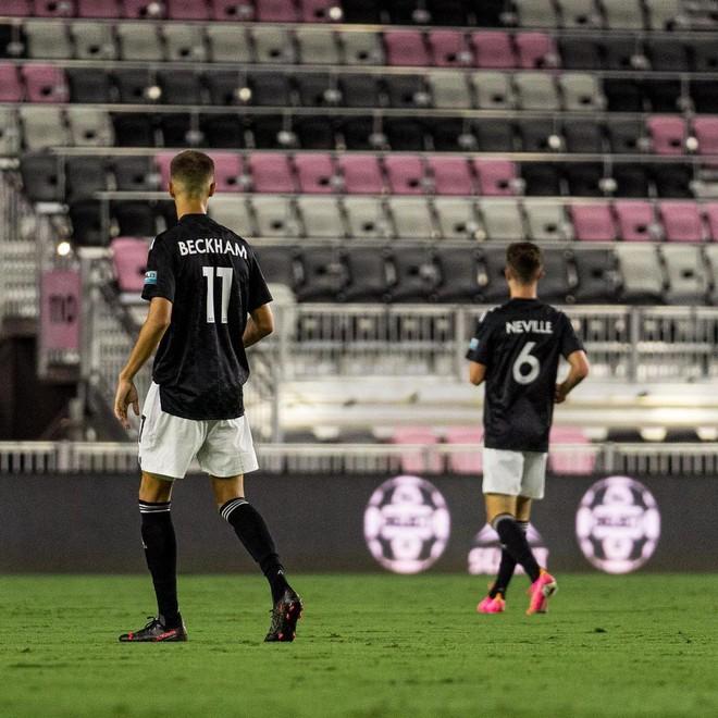 """Con trai David Beckham lần đầu ra sân thi đấu bị chuyên gia nhận xét """"không nổi bật"""" và động thái đầu tiên của ông bố trên MXH - ảnh 4"""
