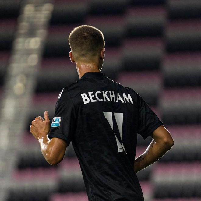 """Con trai David Beckham lần đầu ra sân thi đấu bị chuyên gia nhận xét """"không nổi bật"""" và động thái đầu tiên của ông bố trên MXH - ảnh 2"""