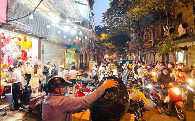 Người dân đổ về phố Hàng Mã mua sắm tối Tết Trung thu - ảnh 1
