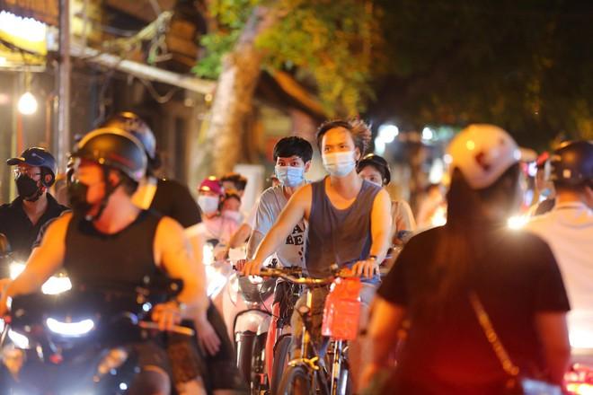 Người dân đổ về phố Hàng Mã mua sắm tối Tết Trung thu - ảnh 2