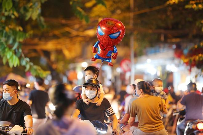 Người dân đổ về phố Hàng Mã mua sắm tối Tết Trung thu - ảnh 3