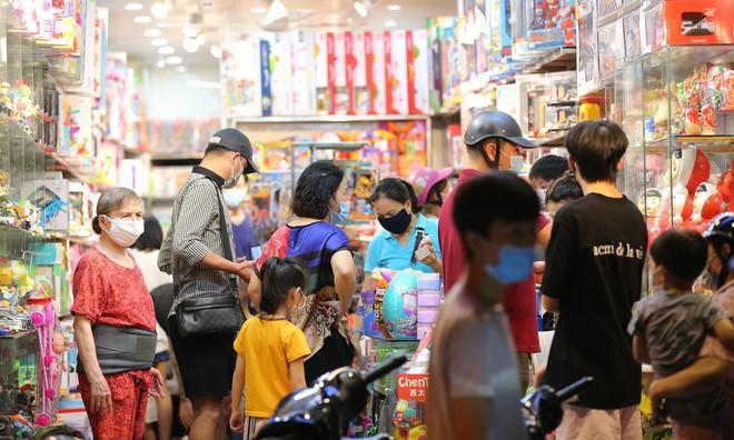 Người dân đổ về phố Hàng Mã mua sắm tối Tết Trung thu - ảnh 4