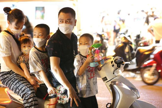 Người dân đổ về phố Hàng Mã mua sắm tối Tết Trung thu - ảnh 5