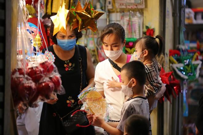 Người dân đổ về phố Hàng Mã mua sắm tối Tết Trung thu - ảnh 6