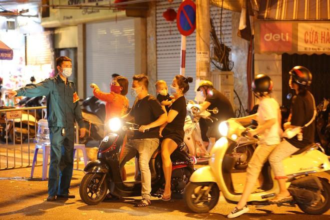 Người dân đổ về phố Hàng Mã mua sắm tối Tết Trung thu - ảnh 7