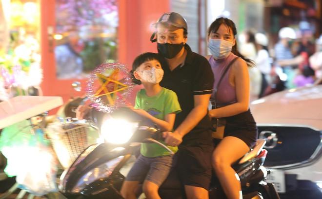 Người dân đổ về phố Hàng Mã mua sắm tối Tết Trung thu - ảnh 8