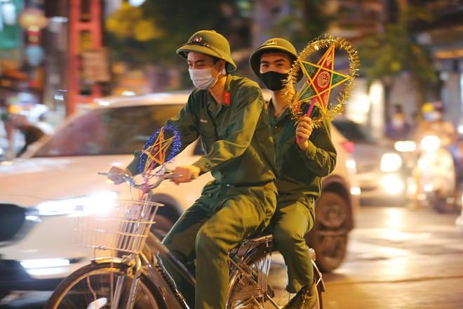 Người dân đổ về phố Hàng Mã mua sắm tối Tết Trung thu - ảnh 9
