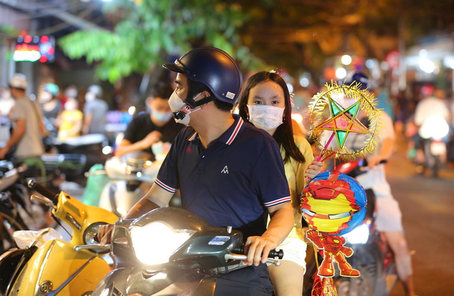 Người dân đổ về phố Hàng Mã mua sắm tối Tết Trung thu - ảnh 10