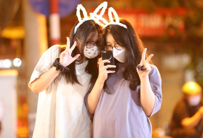 Người dân đổ về phố Hàng Mã mua sắm tối Tết Trung thu - ảnh 11
