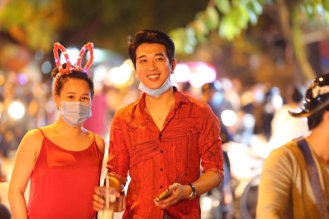 Người dân đổ về phố Hàng Mã mua sắm tối Tết Trung thu - ảnh 12