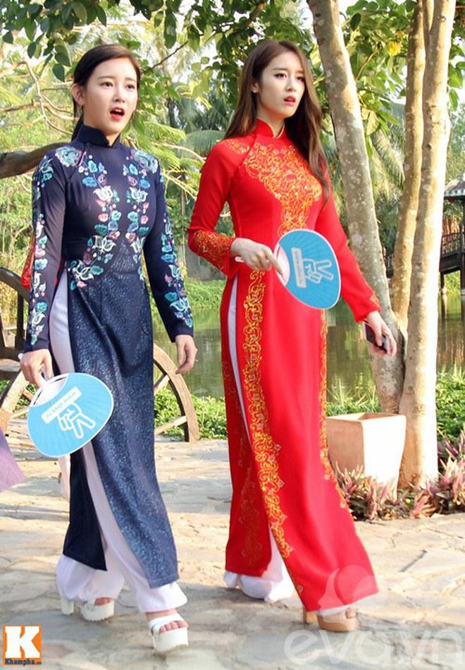 Sao ngoại mặc áo dài: Bắt vội T-ara và Angela Baby làm dâu Việt, ngoài pha mặc áo dài quên quần còn một mỹ nữ gây sốc với hành động giang hồ - ảnh 1