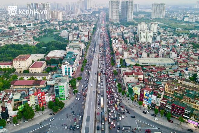 Ảnh: Nhiều tuyến đường Hà Nội tắc cứng giờ tan tầm trong ngày đầu mở lại nhiều dịch vụ - Ảnh 1.