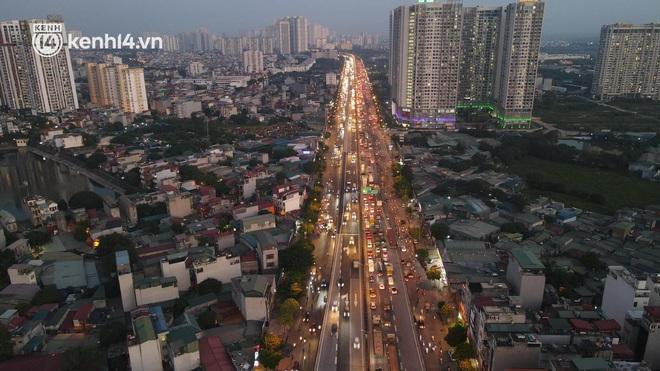 Ảnh: Nhiều tuyến đường Hà Nội tắc cứng giờ tan tầm trong ngày đầu mở lại nhiều dịch vụ - Ảnh 2.